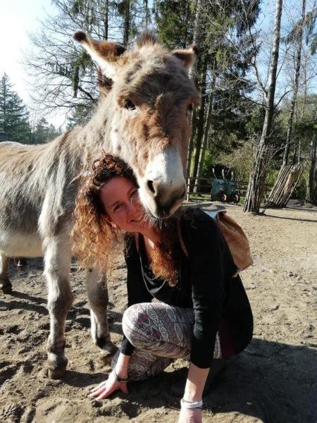 Tamara en een ezel knuffelen