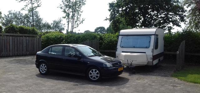 Auto met caravan