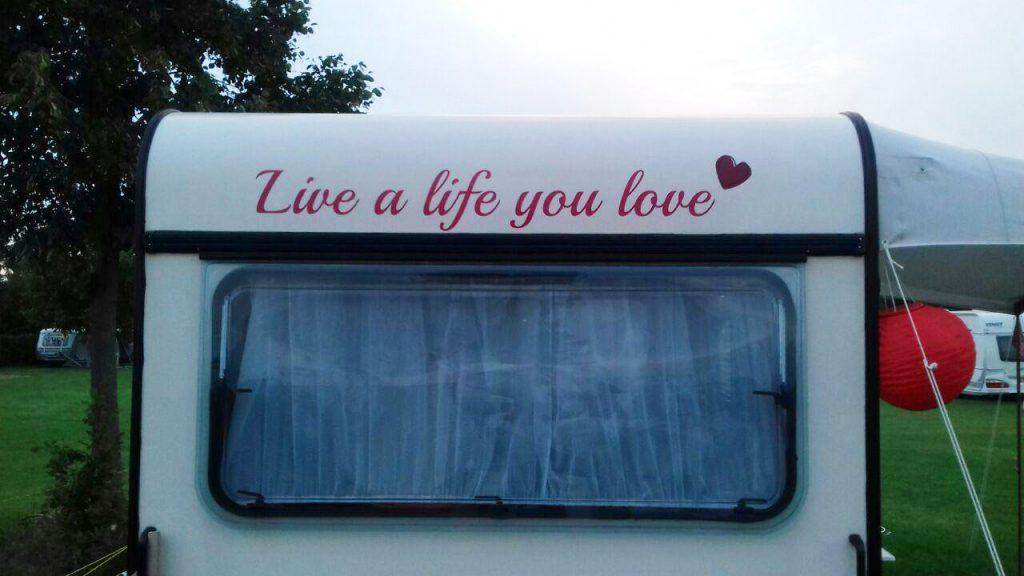 Belettering van de caravan: Live a life you love