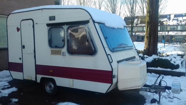 Caravan met sneeuw