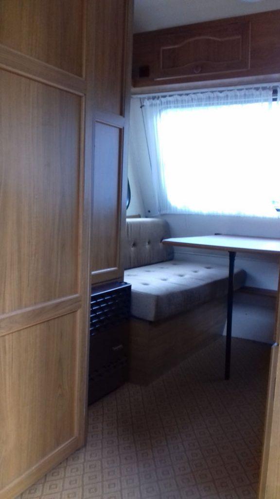 Voor-foto: grote zit, kledingkast, kachel en badkamerdeur